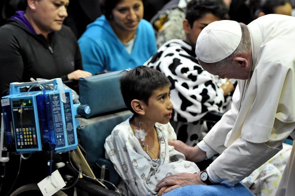 El papa Francisco visita a niños en Hospital
