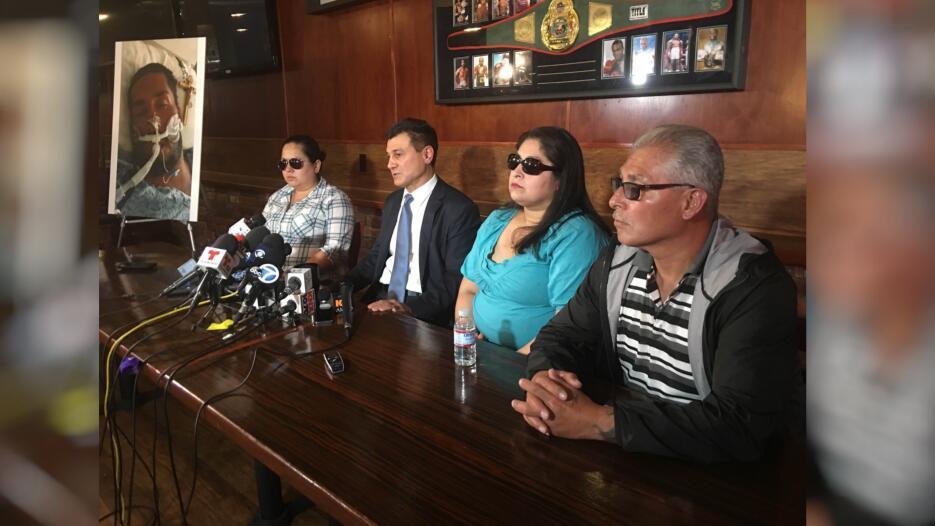 La Familia Valenzuela junto a su abogado en rueda de prensa.