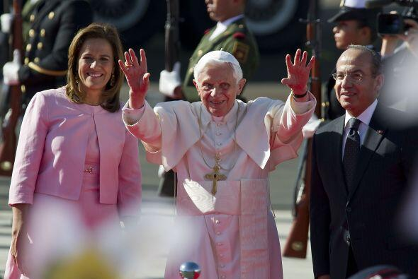 Al pie de las escalinatas lo esperaba el entonces Presidente Felipe Cald...