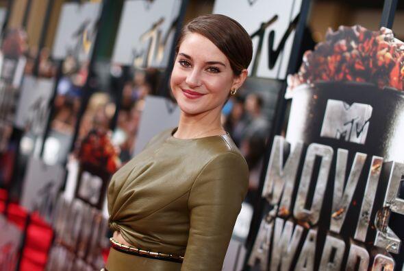 """La protagonista de """"Divergent"""" llevó un atuendo de piel en tono verde ol..."""