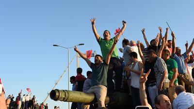 En Fotos: Azotes, muertos, celebración y arrestos durante la retoma del poder en Turquía