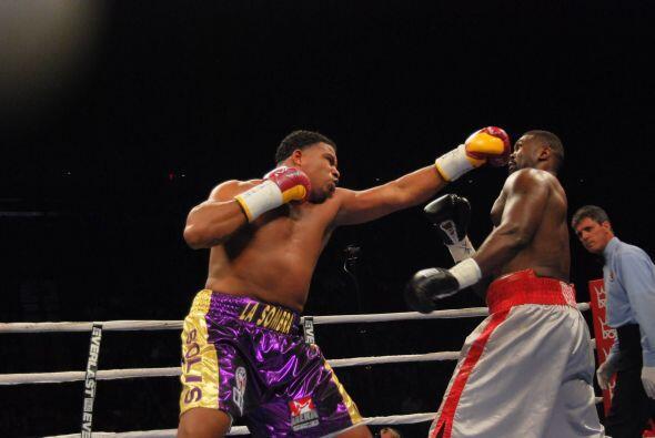 Odlanier Solís impuso su buen boxeo a pesar de la gran diferencia de tam...