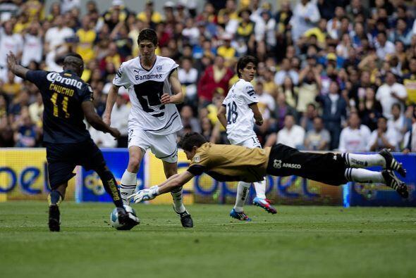 Alejandro Palacios se lanza con todo por el balón, no pudo evitar que Am...