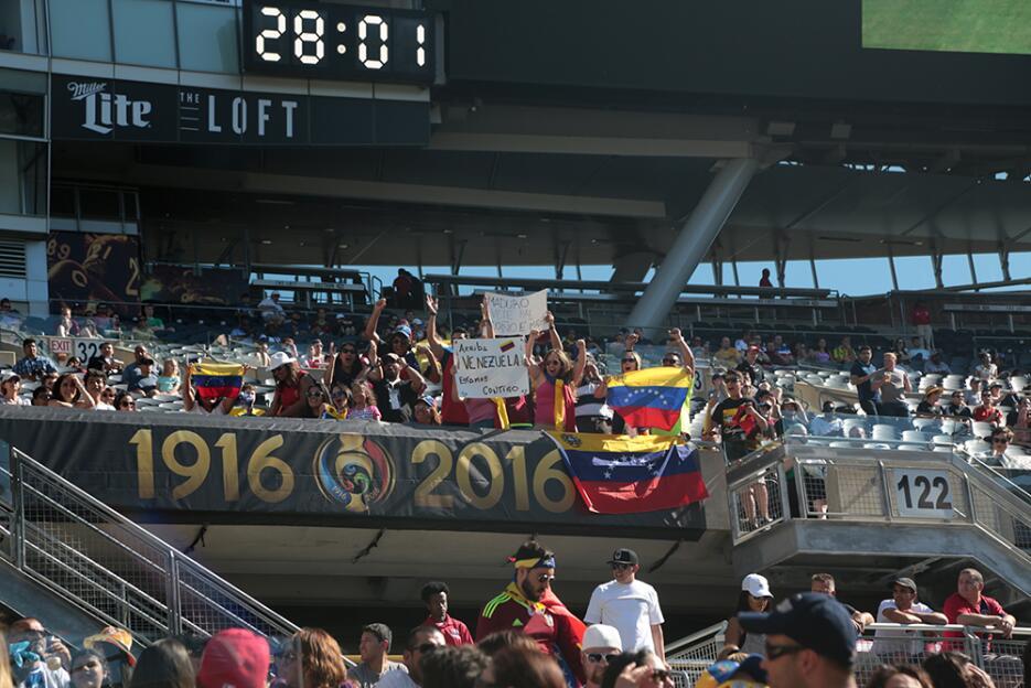 Los fanáticos celebraron cada movimiento de sus equipos.