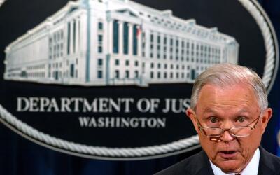 El fiscal general Jeff Sessions anunció la revocación de D...