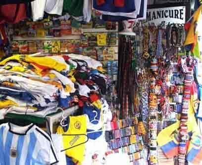 La venta de pulseras, camisetas, zapatos, gorras, sombreros y banderas,...