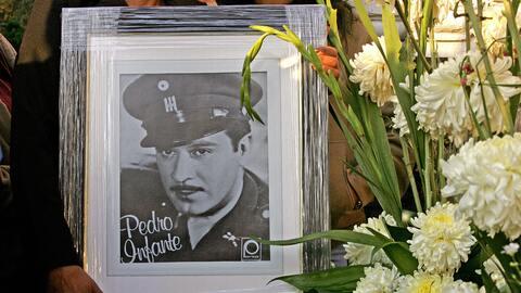 Una fan de Pedro Infante sostiene su retrato al pie de su tumba en la CI...