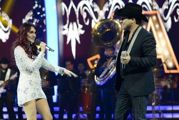 Mientras tanto, Julión cantó con Dulce María.