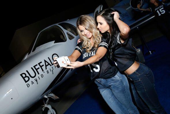 Las modelos Emily Sears (I) y Lisa Morales tomando selfies en el jet de...