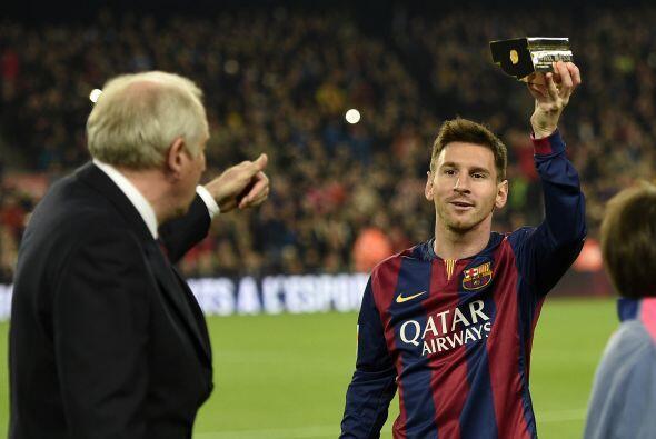 Antes del arranque del partido, Lionel Messi recibió de la Liga Profesio...