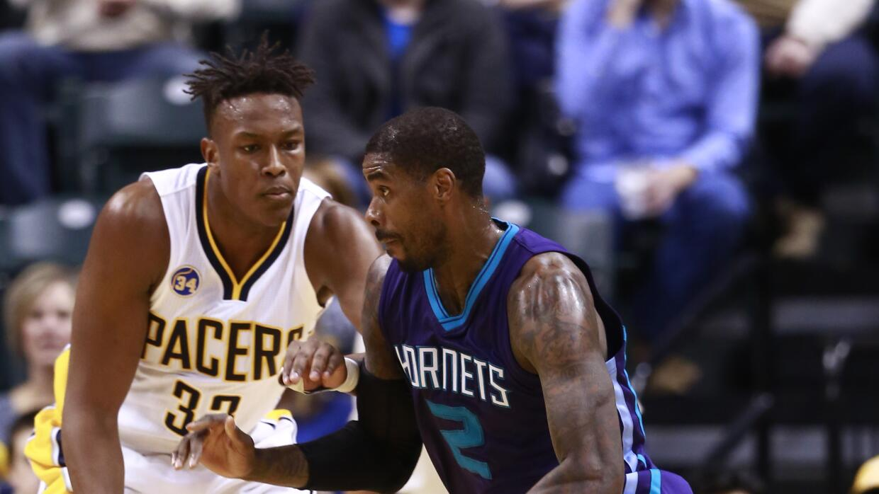Marvin Williams encara a Myles Turner.