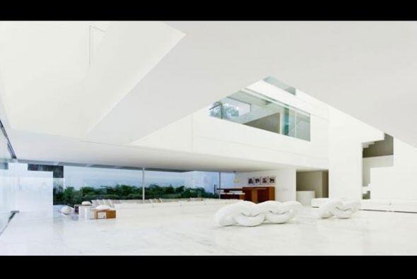 El diseño minimalista moderno de la mansión en cuestión se impone a la v...