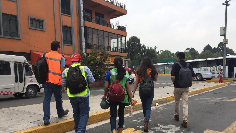 Héctor, Fernando, Marieli, Sofía y Sergio caminan por las calles de la C...