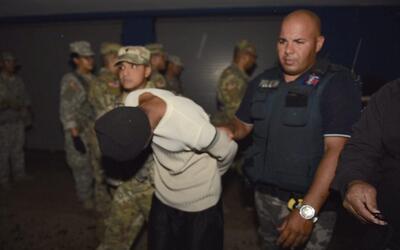 Policía arresta a una persona no identificada por violar el toque...