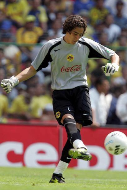 El arquero mexicano quien tuvo un gran Mundial en Brasil, debutó en el f...