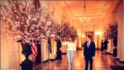 Imagen compartida por Melania Trump ultimando los detalles de los prepar...