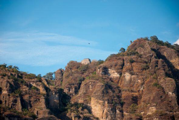 TEPOZTLAN En Morelos, México, esta pirámide está en lo alto del monte d...