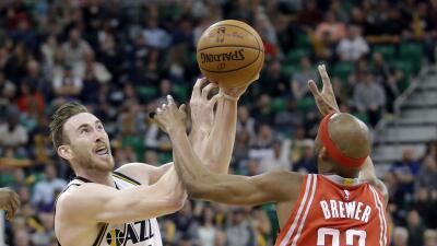 Gordon Hayward enfrentando a Corey Brewer.