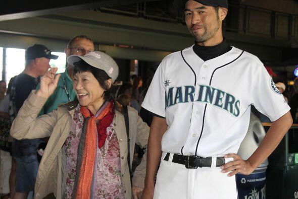 El doble de Ichiro Suzuki estuvo posando con los fans de los Marineros.