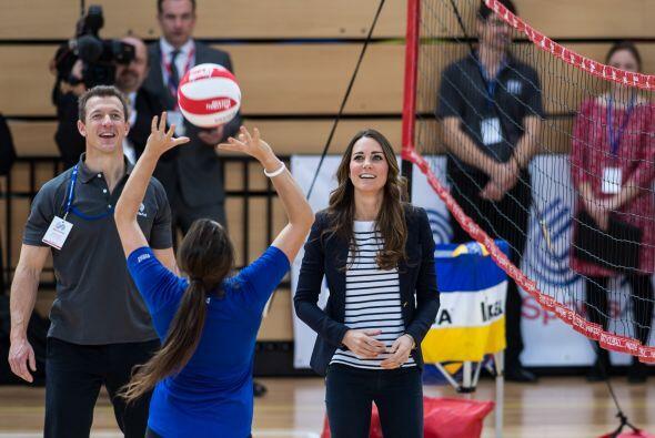Kate se animó a echarse una partida de voleibol.  Mira aquí lo último en...