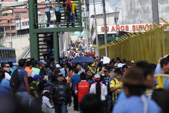 "Largas filas de aficionados esperan para ver a ""Chucho' Benítez, cada un..."