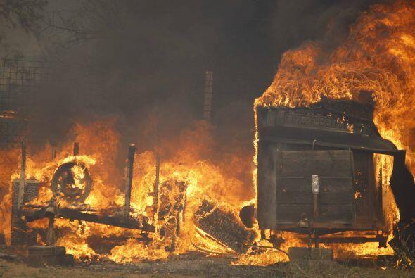 El incendio de Poinsettia, destruyó al menos 400 acres y acab&oac...