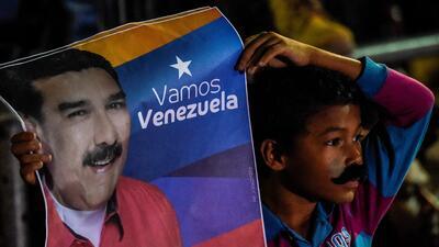 Un niño celebra la victoria de Maduro en unas cuestionadas elecciones.