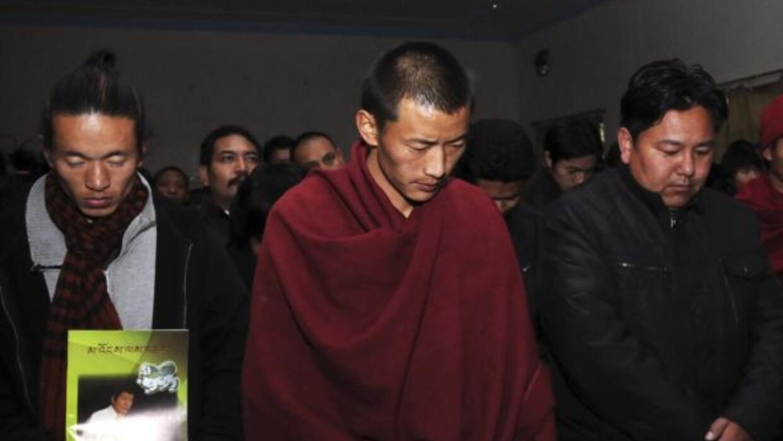 Tibetanos exilados en Dharamsala asisten a una ceremonia de recordación...