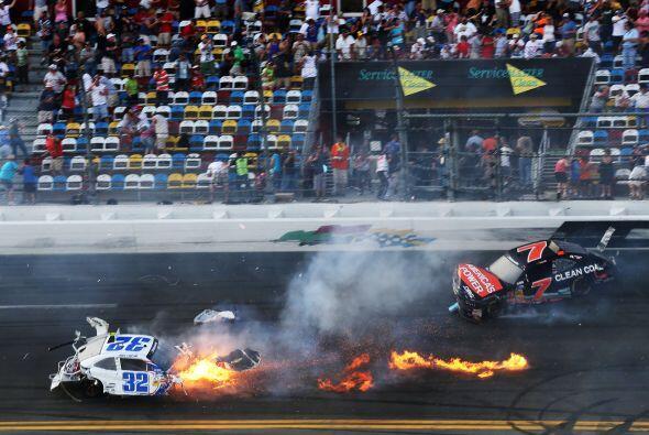 La pista se vio cubierta de llamas luego de que los restos del auto regr...