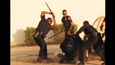 Policías de El Centro, California, someten a golpes a un presunto...