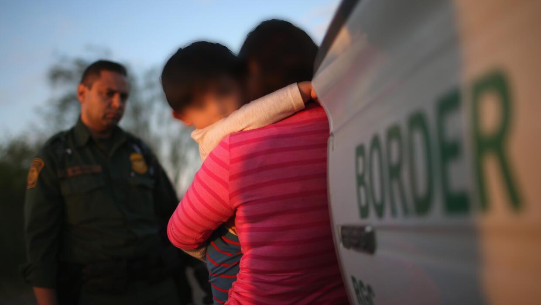 Una inmigrante y su pequeño hijo son detenidos por un agente de la Patru...