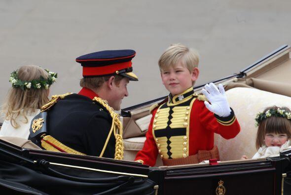 El príncipe Harry -con los niños Tom Pettifer y Eliza Lopes (derecha)- t...