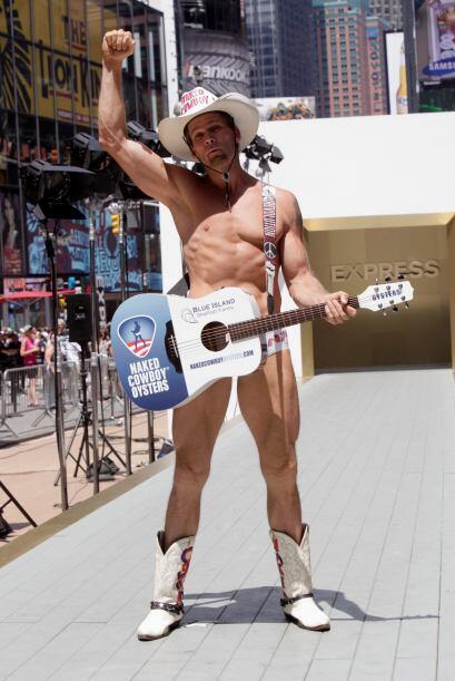 Primero Burck intentó ser un modelo en Venice Beach, California, vestido...