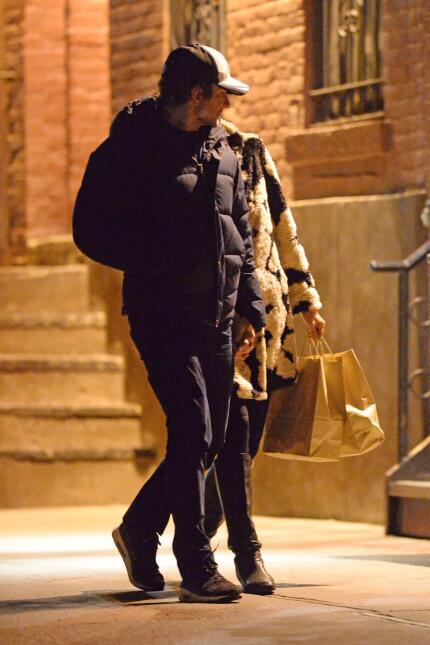 Bradley e Irina paseando muy acaramelados.