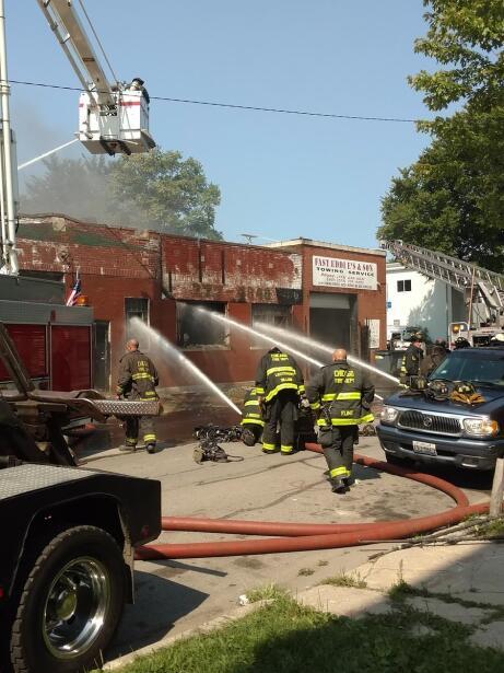 Bomberos tratan de apagar un incendio al norte del barrio de Lawndale....