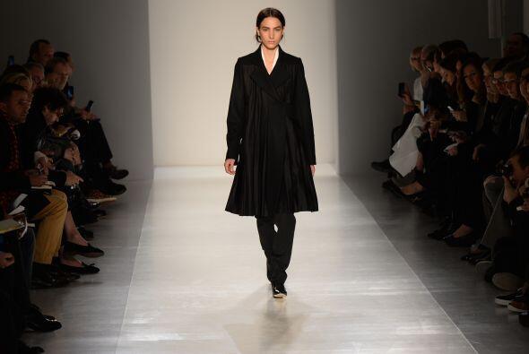 Trajes elegantes, vestidos y pantalones tipo drapeados fueron otras piez...