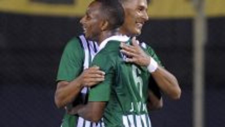 Con goles del defensa paraguayo Luis Cabral (contra su valla) antes del...
