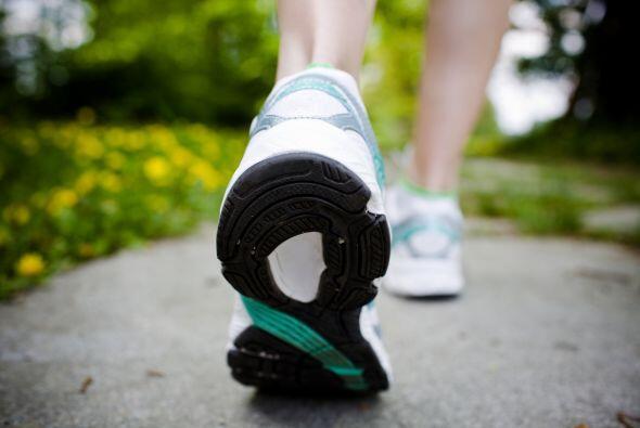 2. Gira y Flexiona: También es importante rotar los tobillos y los pies...