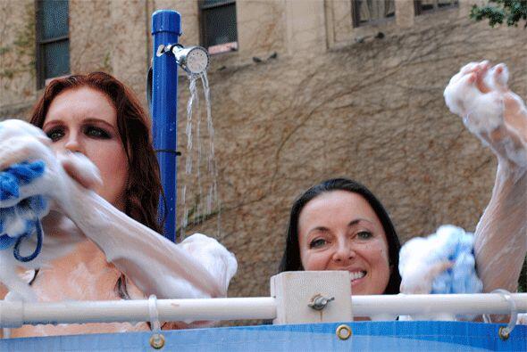 Dos chicas se bañaron en las calles de Dallas para pedir por los derecho...