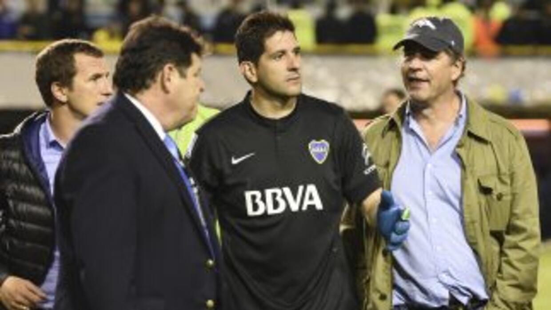 Alejandro Burzaco (derecha), en el terreno de juego de la Copa Bridgesto...