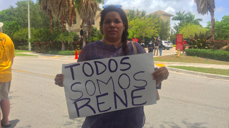 Ana protestó este viernes delante de las oficinas federales de migración...