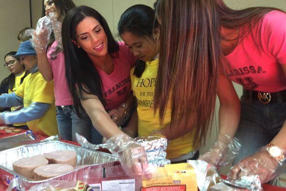 Las bellas mostraron su lado humano al preparar unos sandwiches para los...
