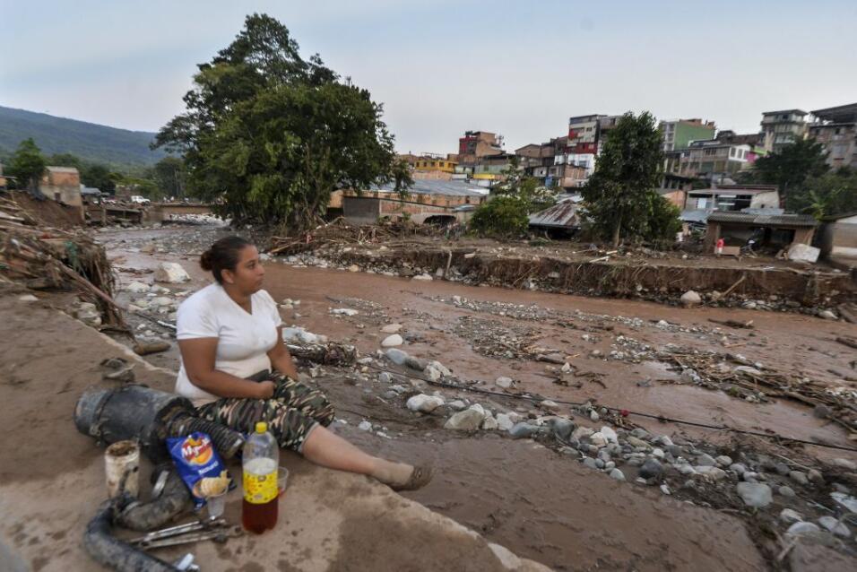 Esta mujer observa cómo el pueblo quedó devastado tras el deslave