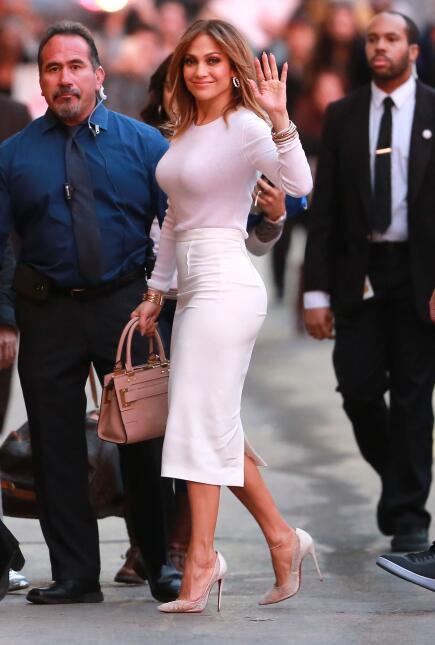La cantante luce espectacular en un ceñido outfit que resalta su envidia...