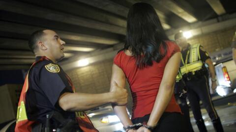 Una mujer es detenida tras un control de alcoholemia en Miami, Florida.
