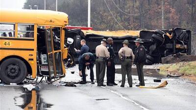 Tres muertos en un accidente de dos autobuses escolares