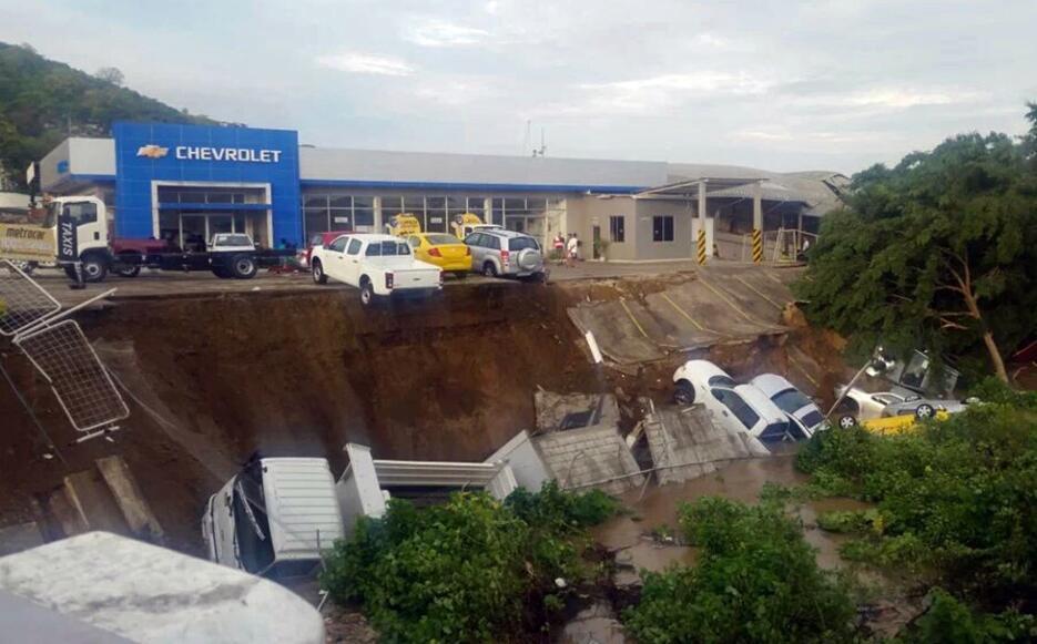 Las imágenes que nos deja el potente terremoto en Ecuador  carros.jpg