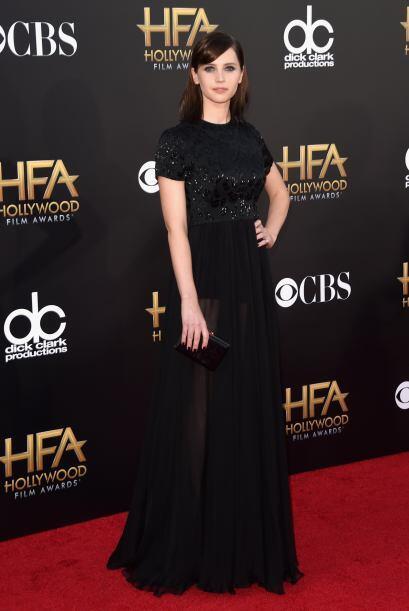 Felicity Jones se fue a lo seguro con el color negro, pero su vestido fu...