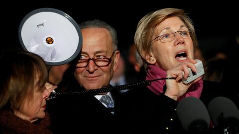 Elizabeth Warren durante una protesta delante del Tribunal Supremo contr...