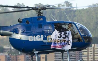 A bordo de un helicóptero, militar llama a la rebelión sobrevolando la s...